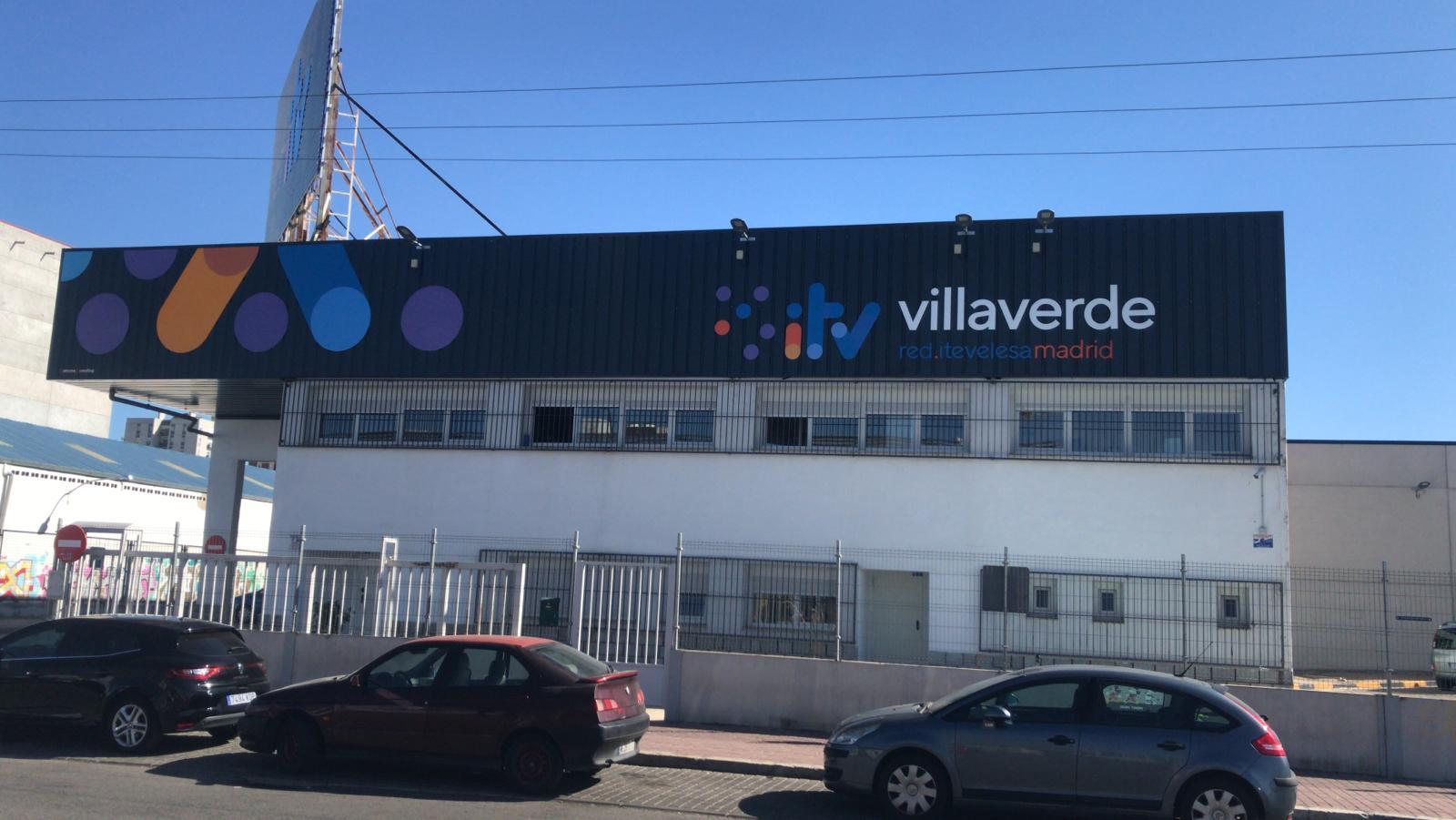 Entrada a la oficina de la Estación ITV Villaverde Red Itevelesa con el horario